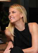 Шарлиз Терон, фото 6131. Charlize Theron - V-Day Cocktails and Conversation with Eve Ensler, february 21, foto 6131